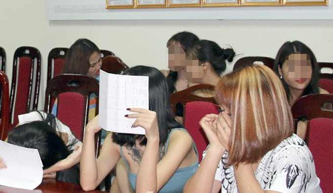 Trong số 70 thanh niên bị đưa về trụ sở công an có hơn một nửa là nữ dương tính với ma tuý. Ảnh: Báo Bắc Giang