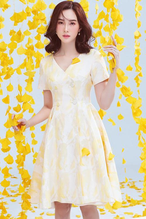 Hoa hậu Đặng Thu Thảo tạo dáng, khoe nhan sắc đẹp dịu dàng với phối cảnh mùa thu khi làm mẫu cho một hãng thời trang nổi tiếng.
