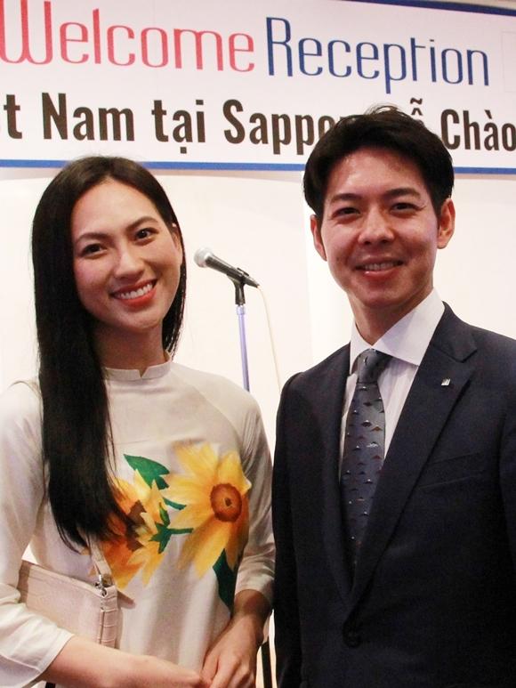 Phương Anh Đào gặp gỡ Thống đốc Hokkaido Naomichi Suzuki.