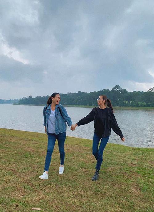 Tăng Thanh Hà và người chị thân thiết Thân Thúy Hà vui vẻ trong chuyến du lịch tại Đà Lạt.