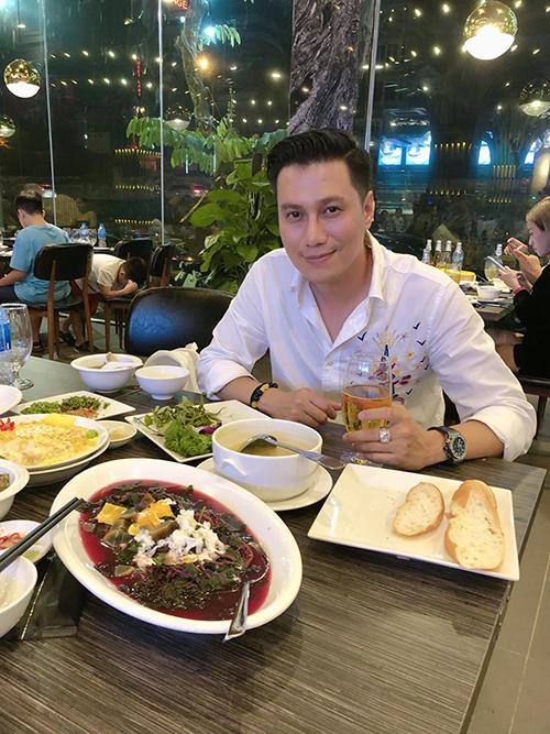 Việt Anh tranh thủ thưởng thức những món ngon khi có dịp về Hà Nội. Từ sau khi ly hôn anh quyết định vào TP HCM định cư và phát triển sự nghiệp. Nam diễn viên thỉnh thoảng bay ra Hà Nội khi có việc.