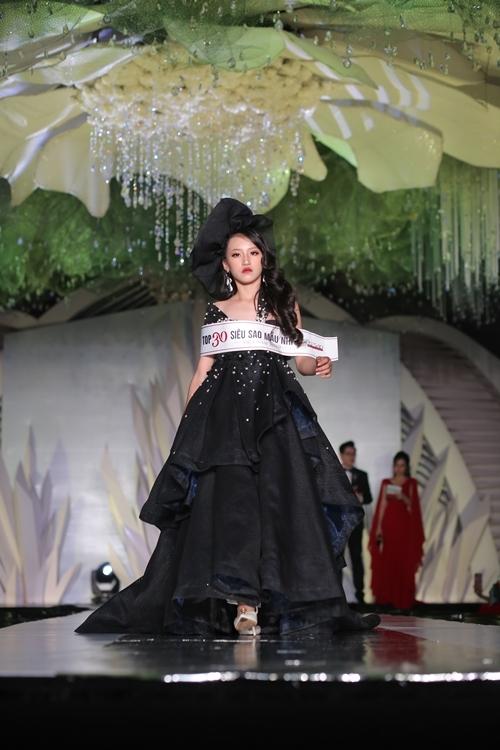 Dàn mẫu nhí diện trang phục trong bộ sưu tập của các NTK tham gia lễ hội thời trang, tự tin cat-walk trên sân khấu.