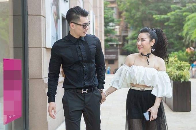 Trương Nam Thành nắm chặt tay vợ khi dạo phố. Mọi thứ gác lại cả hai hoà vào những điều tốt đẹp nhất, anh nói lời tình cảm với vợ.