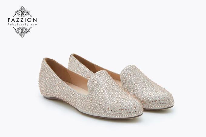 Một đôi giày được đính những viên pha lê lấp lánh sẽ khiến nữ chủ nhân trở thành nữ hoàng trong mắt người đối diện.