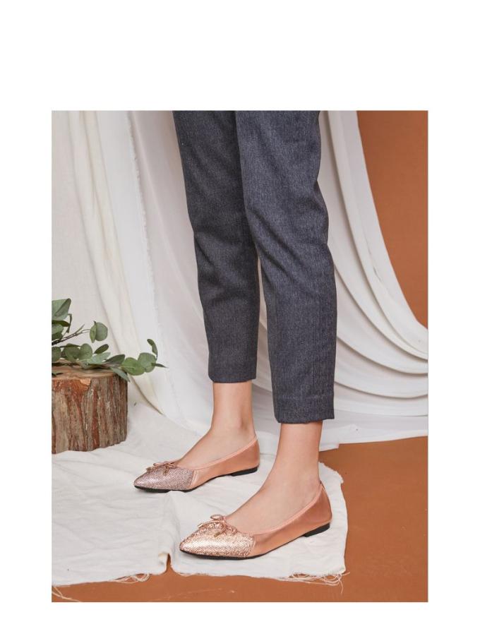 Được làm bằng da cừu nhẹ với mũi giày bóng nhọn tạo sự thoải mái khi mang đôi đế bệtcả ngày, thiết kế lấp lánh phong cách Cinderellaesque là điểm nổi bật của đôi giày.