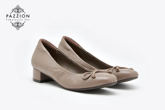 Thiết kế cổ điển nhưng không kém phần tinh tế với kiểu dáng gót thấp, giàychất liệu da cừu cao cấp sẽ nâng niu đôi chân bạn khi tiết trời sang Thu