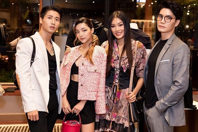 Người mẫuTôn Kinh Lâm (trái), Huy Trần - hai chàng trai vừa gây chú ý ở chương trình Cuộc đua kỳ thú 2019 - cũng là khách mời của sự kiện.