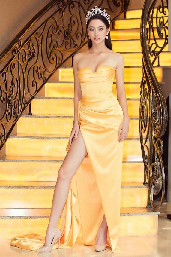 Xiêm y màu vàng rực, xẻ cao và cúp ngực sexy giúp Hoa hậu Lương Thùy Linh phô diễn tối đa vẻ đẹp hình thể.