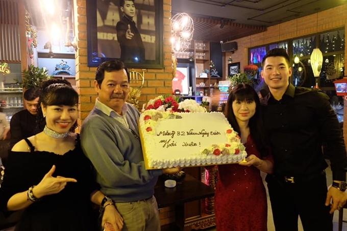 Thu Huyền cũng được bố mẹ chồngủng hộ chuyện tình cảm.Cô cùng Trương Nam Thànhtổ chức buổi tiệc sinh nhật cho bố chồng hồi tháng 4/2019.