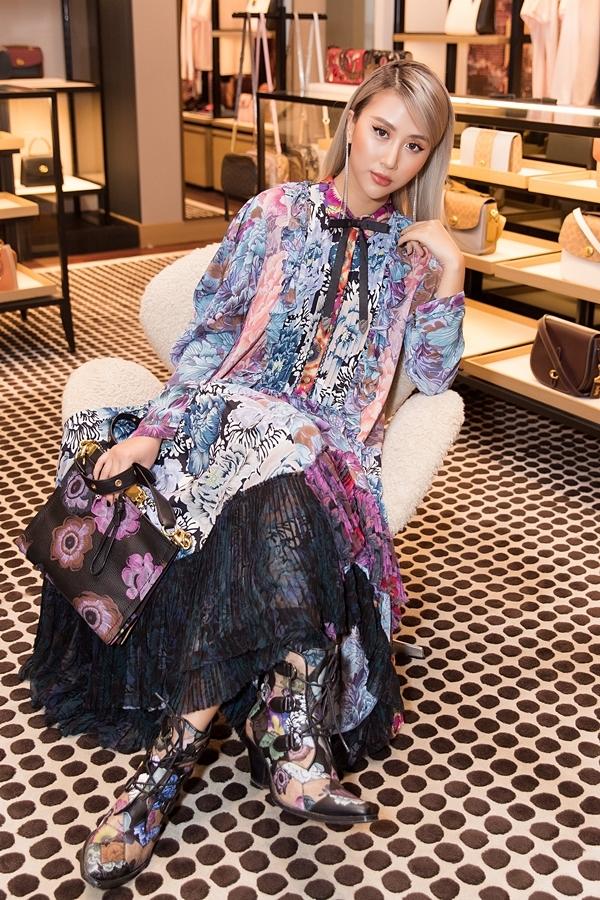 Quỳnh Anh Shyn chiếc đầm dài dịu dàng nhưng vô cùng tôn dáng  mix cùng đôi bông tai dài tô điểm cho gương mặt.