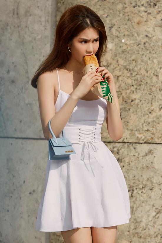 Túimini của Jacquemus là sản phẩm thịnh hành ở mùa thời trang 2018. Tuy nhiênđộ hot của nó vẫn chưa thuyên giảm nên Ngọc Trinh vàcác người đẹp Việt vẫn chọn nó để phối đồ dạo phố.