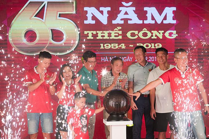 Bố Huyền My, trung vệ Bùi Tiến Dũng và các cựu danh thủ Thể Công chụp ảnh lưu niệm trên sân khấu.