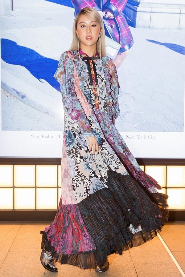 Quỳnh Anh Shyn chọn chiếc đầm nhiều màu sắc, kết hợp boots đồng điệu. Đây là thiết kế mùa Thu Đông 2019 của một thương hiệu quốc tế, giá gần 100 triệu đồng.