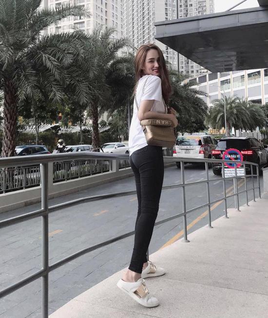 Thời gian gần đây, Hương Giang ít khoe hình street style, nhưng những món đồ hiệu thời thượng vẫn được cô bổ sung vào tủ đồ thời trang.