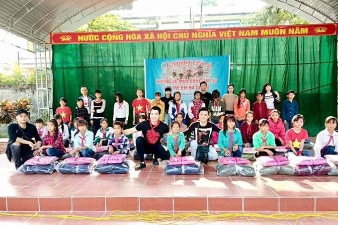 Đôi vợ chồng còn thường tham gia các hoạt động thiện nguyện. Cuối năm 2018, họ cùng bạn bè thân thiết tổ chức chuyến từ thiện giúp đỡ trẻ emcó hoàn cảnh khó khăn tại Hà Giang.