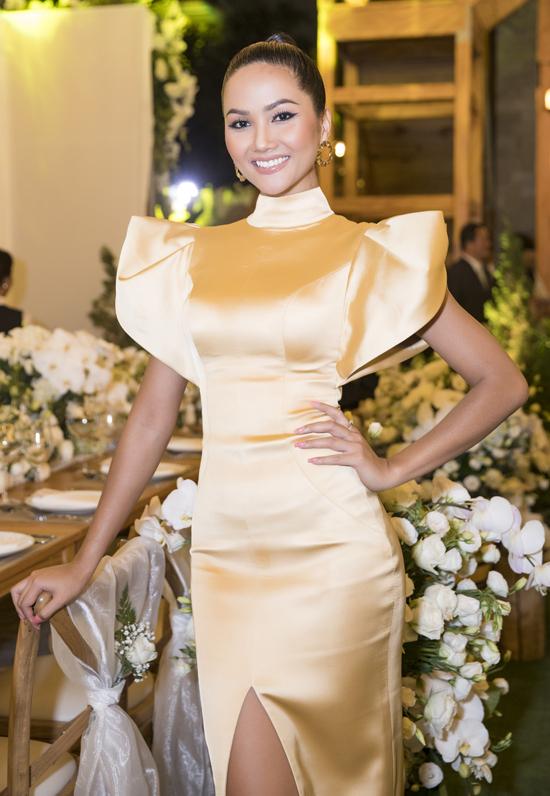 Hoa hậu HHen Niê chọn phong cách kín trên hở dưới.