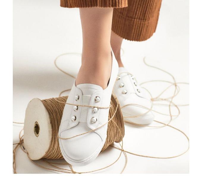 Với chất liệu da bò mềm mịn phía trên được tô điểm bằng họa tiết studlàm cho đôi này trở thành một sự bổ sung cần thiết cho bộ đồ của bạn.