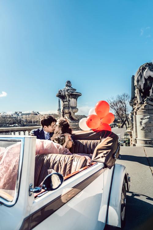 Cả hai trao nhau nụ hôn ngọt ngào ở Paris dưới ống kính của nhiếp ảnh gia người Italy và Hong Kong.