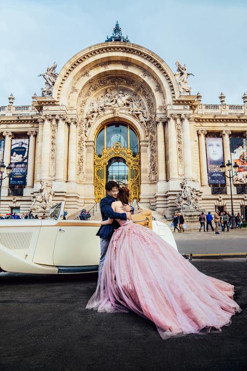Uyên ương đặt chân đến nhiều địa danh nổi tiếng của Paris để có những thước hình ưng ý.