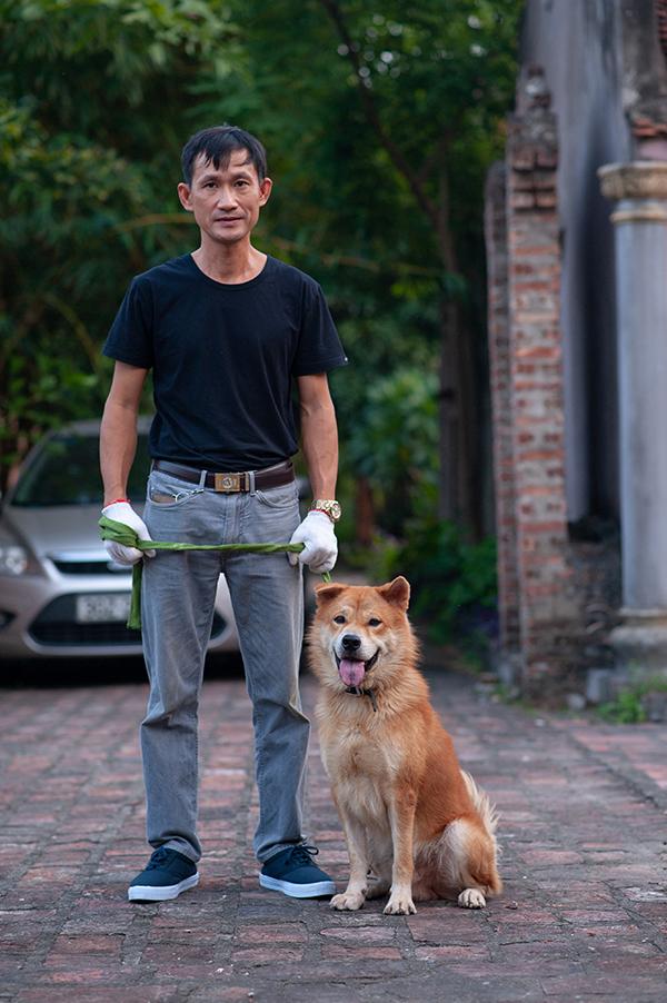 Một chú chó dữ thuộc giống Bắc Hà được người chủ chăm sóc ở phim trường.