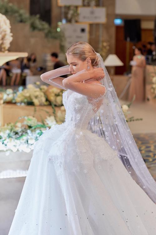 Váy cưới được điểm hoa 3D, mang đến mộtkhu vườn hoa nở rộ trên nền vải trắng tinh khôi.