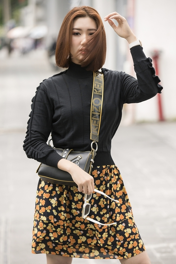 Người đẹp  phối áo len và chân váy hoa từ thương hiệu Kenzo, kết hợp giày sneaker cho diện mạo năng động