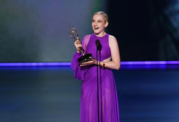 Trên sân khấu của giải Emmy Award 2019, nữ diễn viên người MỹJulia Garner nhận được giải thưởng Outstanding Supporting Actress (Nữ diễn viên phụ xuất sắc nhất) cho vai diễn Ruth Langmore trong series Ozark của Netflix.