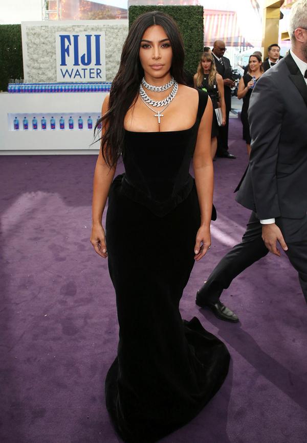 Kim Kardashian thu hút sự chú ý tại lễ trao giải Emmy với phong cách gợi cảm.