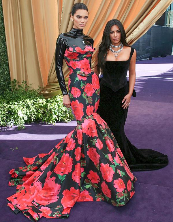 Kim hội ngộ cô em gái siêu mẫu Kendall Jenner. Chân dài 23 tuổi gây ấn tượng với bộ váy hoa rực rỡ chất liệu da bóng.
