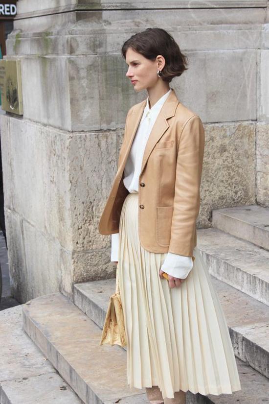 Đối với những cô nàng sành mặc, váy xếp ly là xu hướng đã cũ mèm. Nhưng chúng luôn được hâm nóng và trở lại đầy ngoạn mục ở các mùa thời trang mới.