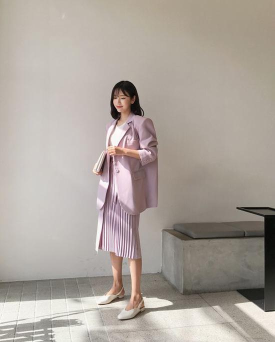 Mặc váy xếp ly cùng các kiểu áo khoác blazer dáng rộng hiện là xu hướng được fashionista châu Á ưa chuộng.