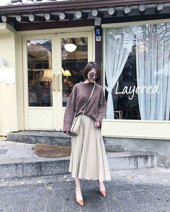 Đối với những cô nàng thích sự đơn giản thì mix áo len mỏng cùng chân váy midi là set đồ tiện lợi nhất.