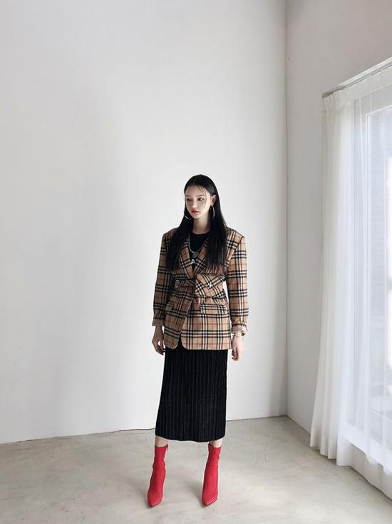 Bên cạnh phong cách trang nhã, blazer và chân váy xếp ly còn có khả năng tôn nét cá tính và ấn tượng cho người mặc.