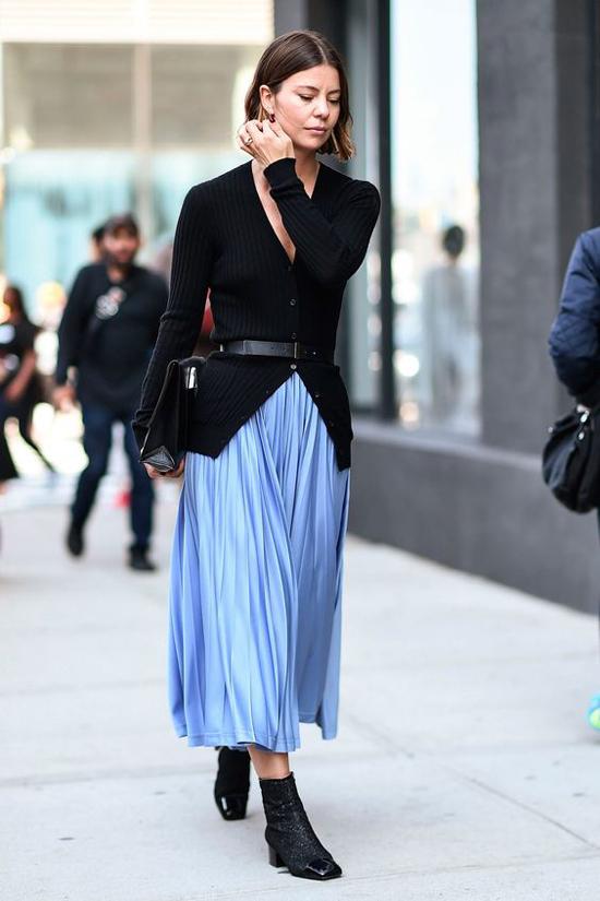 Vào mùa thu đông, áo sơ mi, áo blouse được thay thế bằng các mẫu áo dệt kim, áo len khi phối cùng chân váy rời.