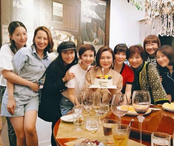 Ngày 22/9 là sinh nhật tuổi 57 của Quan Chi Lâm, nữ diễn viên được nhiều bạn bè tới chúc mừng. Trên trang cá nhân, vợ của tài tử Chân Tử Đan - người mẫu Uông Thi Thi đăng tải dự tiệc nhân ngày vui của Quan Chi Lâm và chúc đàn chịnhững lời tốt đẹp.