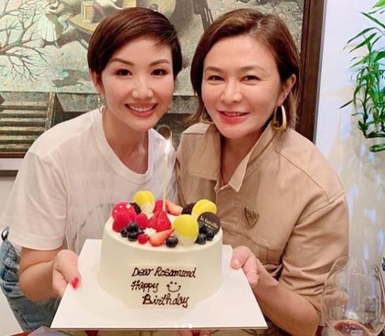 Nhiều bạn bè trong giới giải trí cùng tới thổi nến với mỹ nhân họ Quan. Ở tuổi 57, gương mặt Chi Lâm đã lộ vết dấu thời gian.