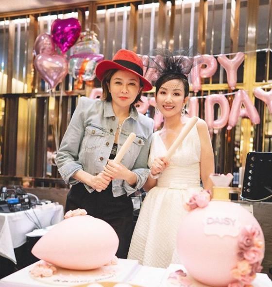 Quan Chi Lâm được bạn bè dành cho những bất ngờ trong ngày đón tuổi mới.