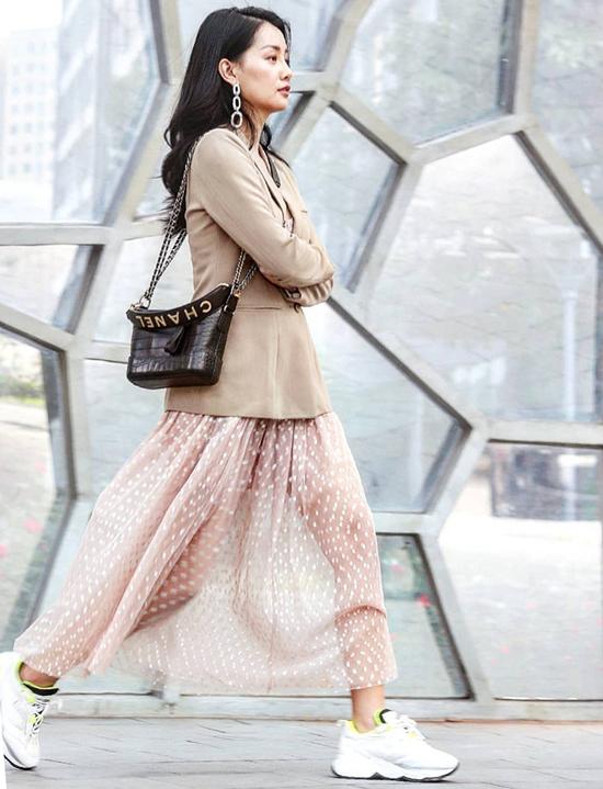 MC Quỳnh Chi chọn túi Gabrielle Chanel để phối cùng chân váy xuyên thấu, áo blazer và giày thể thao. Đây là phong cách mix đồ được nhiều tín đồ thời trang Hàn Quốc ưa chuộng.