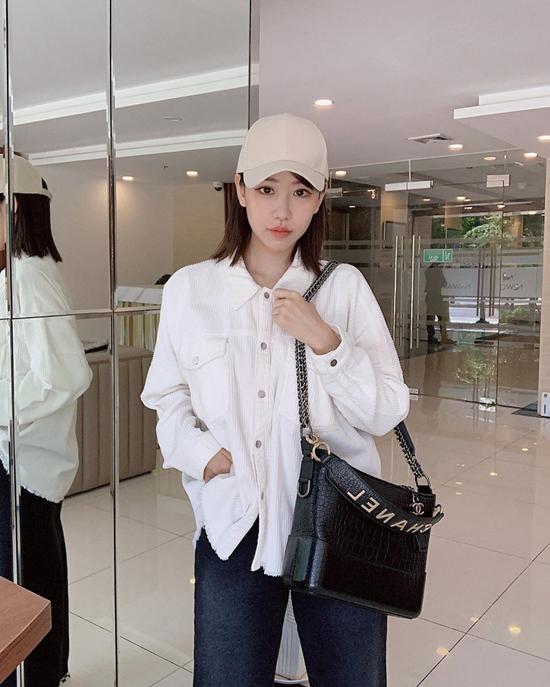 Diện set đồ đơn giản với sơ mi và quần jeans, nhưng ca sĩ Min lại gây ấn tượng bằng cách chọn túi Chanel hot trend làm điểm nhấn.