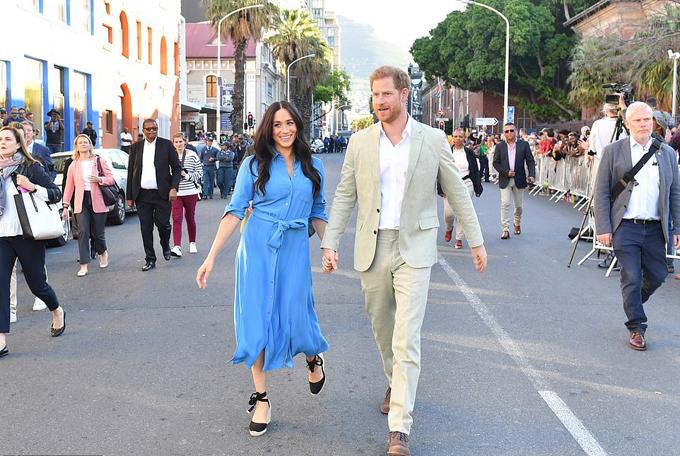 Vợ chồng Harry - Meghan đến thăm Bảo tàng Six District ở Cape Town, Nam Phi, chiều 23/9. Ảnh: Reuters.