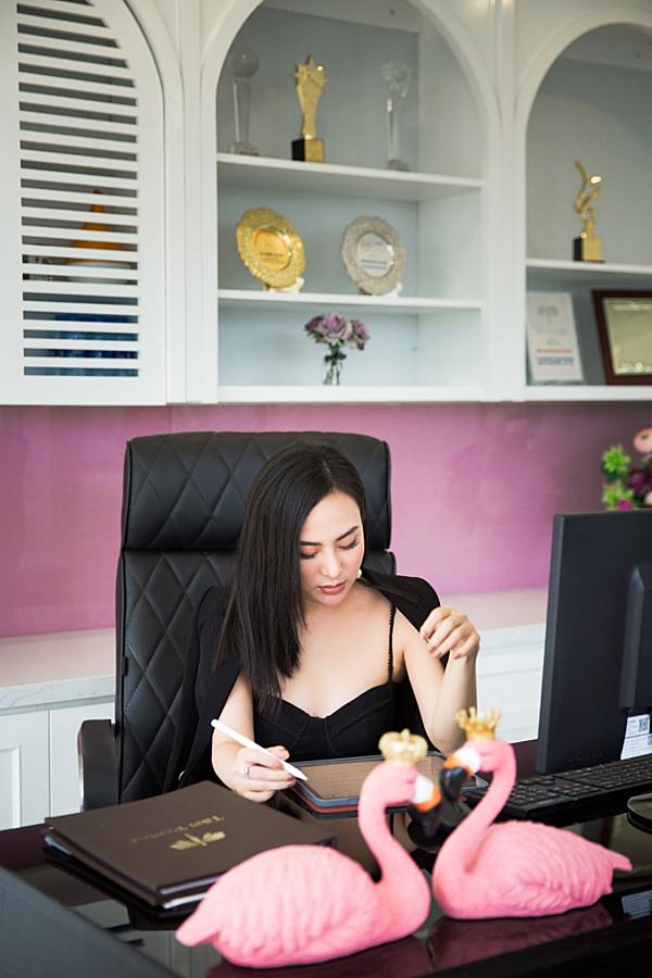 Thu Hoàng chia sẻ, cô là người cầu toàn trong công việc. Bất cứ hoạt động nào của hệ thống thẩm mỹ Beauty Center by Tấm đều do người đẹp trực tiếp xử lý. Hoa hậu Áo Dài Thu Hoàng sẽ dành 2 tiếng để duyệt plan marketing, họp online cùng các giám đốc điều hành ở mỗi cơ sở, trực tiếp tư vấn khách hàng và xử lý các đầu việc trong hệ thống Beauty Center.