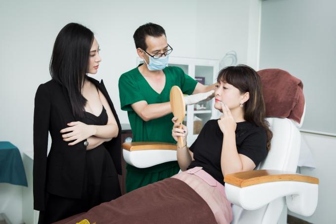 18h, Thu Hoàng vẫn theo dõi quá trình làm đẹp của khách hàng cùng bác sĩ tại Viện thẩm mỹ. Cô thường kết thúc một ngày làm việc vào lúc 20h tối, sau đó trở về nhà chăm sóc cho gia đình nhỏ và tiếp tục làm việc online đến khuya. Thời gian tới, khối lượng công việc của Hoa hậu Áo dài sẽ bận rộn hơn nữa bởi cơ sở Nha khoa thẩm mỹ Tấm Dentist chuẩn bị khai trương tại TPHCM vào tháng 10.