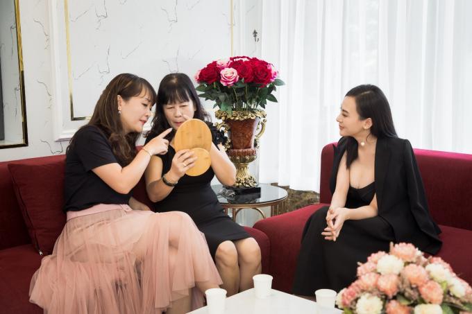 Suốt 8 năm qua, khách hàng của Beauty Center by Tấm luôn được trải nghiệm những phương pháp làm đẹp uy tín, mới nhất trên thị trường. Thu Hoàng tự nhận cô là một trong những người tiên phong của những phương pháp thẩm mỹ không đụng dao kéo, mang lại vẻ đẹp tự nhiên. Điều này khiến cả hệ thống thẩm mỹ của cô đứng vững trước mọi cơn bão thị trường, cạnh tranh đem lại.