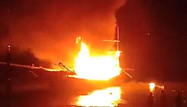 Tàu cá cháy nghi ngút sau tiếng nổ lớn.
