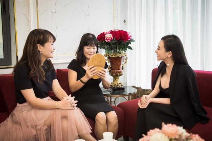 Khoảng 16h, Thu Hoàng di chuyển qua Viện thẩm mỹ Beauty Center by Tấm trên phố Nguyễn Công Trứ. Cô trực tiếp tư vấn khách hàng đã đặt lịch hẹn, Thu Hoàng cho biết sự tin tưởng của khách dành cho mình là điềukhông gì sánh bằng trong suốt 8 năm làm nghề.