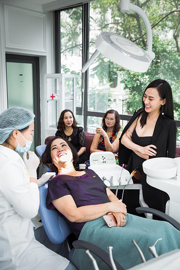 Thu Hoàng tiếp tục theo dõi quá trình thăm khám, xử lý về răng của khách hàng cùng bác sĩ. Trung tâm nha khoa thẩm mỹ quốc tế Tấm Dentist có đội ngũ bác sĩ tay nghề cao, uy tín từ các bệnh viện lớn.