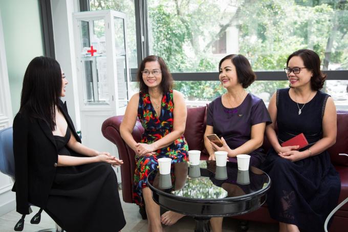 Đầu giờ chiều, nữ doanh nhâncó hẹn với các vị khách tới tư vấn về nha khoa. Trong suốt 8 năm trong nghề, Thu Hoàng luôn biết cách làm hài lòng ngay cả những khách hàng khó tính. Cô trực tiếp tư vấn và đưa ra lời khuyên hữu ích, khiến khách hàng tin tưởng.