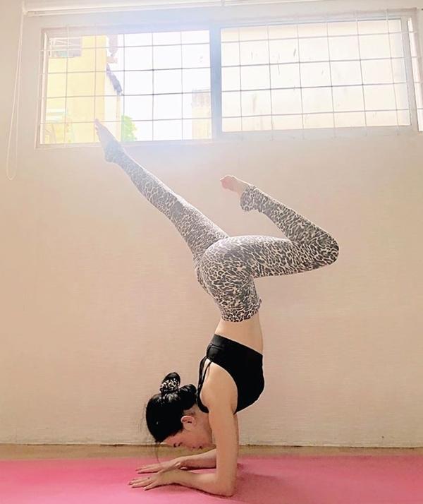 Để có được hình thể quyến rũ, Sĩ Thanh không chỉ là tín đồ của phòng gym mà còn rất chăm chỉ tập yoga.