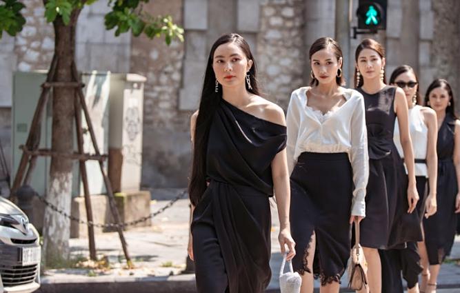 Sáng 23/9, các tín đồ thời trang Việt đã bất ngờ được xem buổi biểu diễn thời trang diễn ra trên những ngã tư đường phố Hà Nội. Nàng thơHelly Tống là vedette mở màn phần trình diễn.Những trang phục người mẫuthể hiện nằm trong hai BST dành riêng cho mùa Thu - Đông của Eva de Eva.