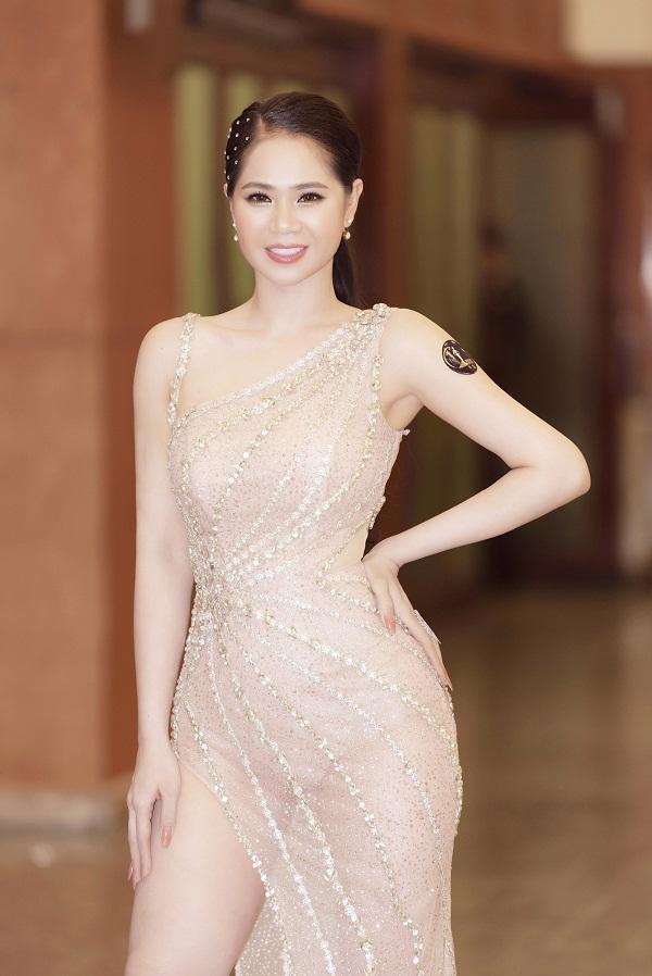 Người đẹp chọn chiếc váy dạ hội được thiết kế riêng. Cô khoe vòng eo thon gọn cùng vòng ba quyến rũ.